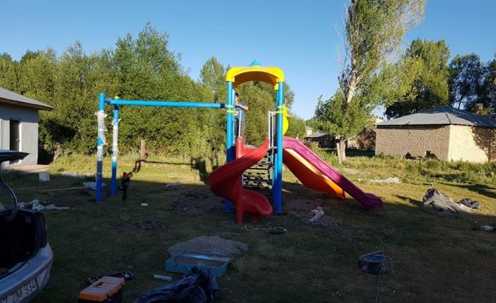 Erciş Belediyesi'nden kırsal mahallelerde çocuklara oyun parkı