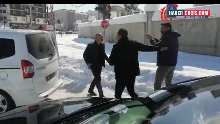 HDP Van milletvekili Sarısaç kendisini takip eden aracı teşhir etti