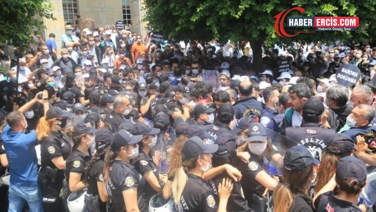 Adana'da yürümek isteyen avukatlarla polis arasında arbede