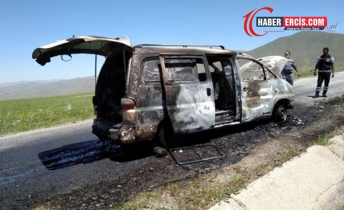 Van'da seyir halindeki araç alev alev yandı