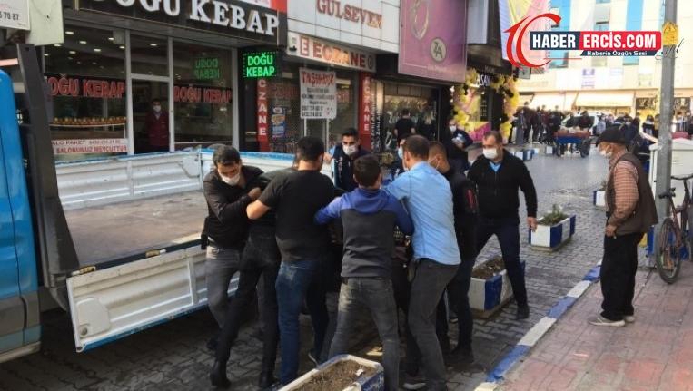 Van'da Seyyar satıcının arabasına el koymak isteyen zabıtaya tepki