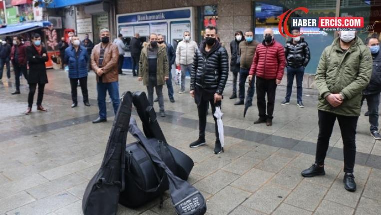 Müzisyenlerden 'saat yasağı' protestosu
