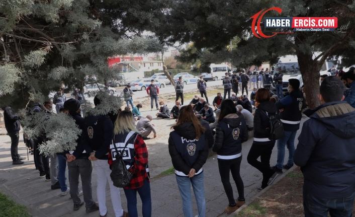 Diyarbakır'da oturma eylemi: 'Tecride ve açlık grevlerine sessiz kalmayalım'