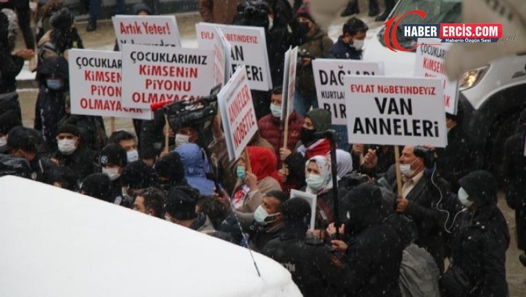 Van'da AKP'liler ve korucular da HDP binası önünde