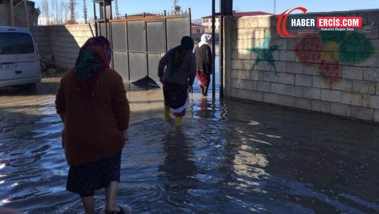 Van'da su deposu 4'üncü kez patladı: Evler sular altında kaldı
