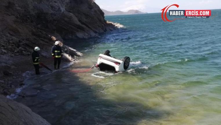 Kontrolden çıkan araç Van Gölü'ne düştü