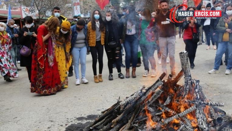 Newroz halayı çeken 35 kişiye para cezası