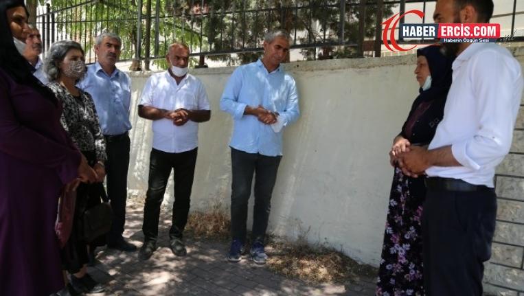Emine Şenyaşar: Çiçeklerimizi kozasında kuruttular
