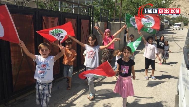 Van'da Çocuklar, miting anonsu yapan araçları zafer işaretiyle karşıladı