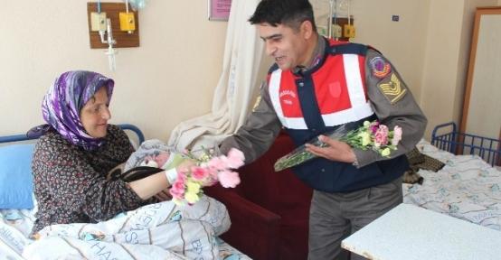 Jandarma, Anneler Günü'nde Doğum Servisinde Yatan Anneleri Ziyaret Etti