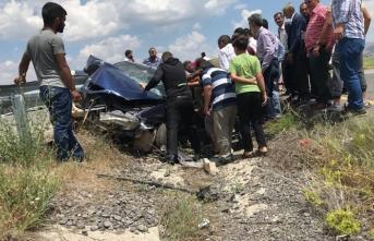 Ağrı Patnos'ta otomobil bariyere saplandı: 1 kişi hayatını kaybetti, 2 kişi yaralandı