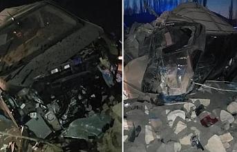 Ağrı'da Polisten kaçarken direğe çarpıp devrilen kamyonette 2 kişi can verdi