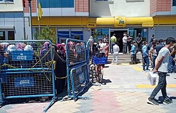 17 günlük yasağın ardından Erciş'te PTT kuyruğu