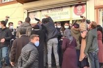 HDP önünde bekletilen grup, Maskeli yöneticiye 'tükürdü' diyerek saldırdılar