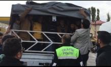 Muradiye'de Kamyonetin kasasında 57 yabancı uyruklu kaçak şahıs yakalandı
