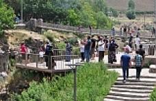 Muradiye Şelalesi büyüleyen güzelliği ile misafirlerini ağırlamaya devam ediyor