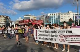 Kadınlar 'isyan' dövizleriyle alanlara çıktı