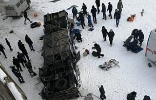 Rusya'da otobüs donmuş nehrin üzerine düştü:...