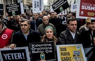 Tutuklamalara tepki gösteren gazeteciler: Dayanışmaya...
