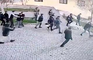HDP önünde oturtulanlar partililere saldırarak...