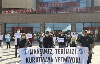 Diyarbakır'da sağlıkçılardan alkışlı protesto