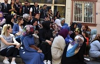 HDP önünde oturan grup muhabire saldırdı