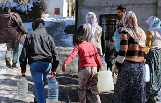 Van'da Validen bidonlarla su taşıyan mahalleliye:...