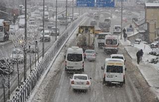 Diyarbakır'da kar yağışı trafikte aksamalara...