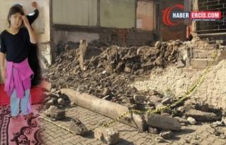 Okul duvarının yıkılması sonucu bir çocuk hayatını...