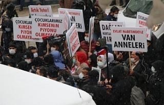Van'da AKP'liler ve korucular da HDP binası...