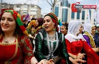 Van'da her yıl Newroz'u kutlayan kadınlar:...