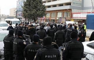 Van'da toplu yürüyen polislerden tek yürüyen...