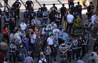 Diyarbakır'da Kürtçe talep edenler polis ablukasında