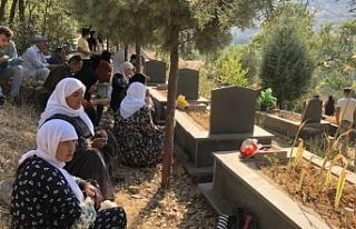 Roboskili aileler bayramı mezarlıkta karşıladı