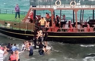 Van Gölü'nde karaya oturan teknedeki yolcular...