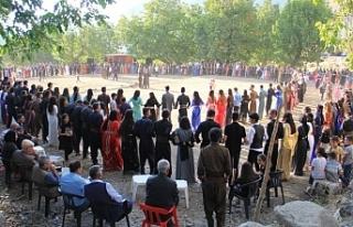 Ulusal kıyafetlerle görsel şölene dönen düğünler