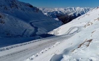 Kardan kapanan Bahçesaray yolu ulaşıma açıldı