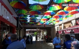 Erciş'te Kayyım esnafın Sanat Sokağı'na astığı renkleri beğenmedi