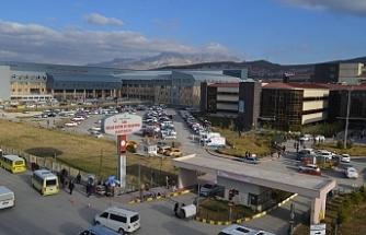Erciş'te bilekleri kaçakçılar tarafından kırılan mülteci tedavi edilmeyi bekliyor
