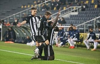 Derbide 10 kişi kalan Beşiktaş Fenerbahçe'yi 4-3 mağlup etti