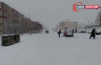 Erciş'te yoğun kar yağışı: Serhat'ta bin 596 yerleşim yerine ulaşım sağlanmıyor