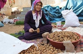 Markette 100 lira olan ceviz içinin kilosunu bir lira 60 kuruşa kırıyor