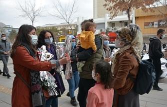 Van'da karanfil dağıtılarak kadınlar mitinge davet edildi