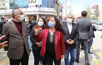 Van'da HDP Milletvekilleri 'yasaklara' karşı yürüdü