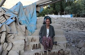 Van'da yıkılan evlerinin enkazı üstünde bekleyen mağdurlar yardım bekliyor: Sıcak bir yuvaya ihtiyacımız var