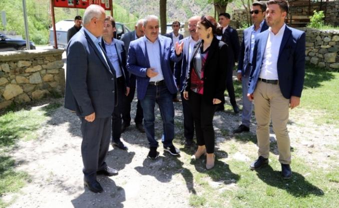 Van Büyükşehir Eşbaşkanları Çatak'ta incelemelerde bulundu