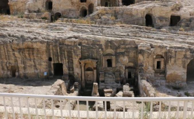 26,5 milyon TL harcanan kaya mezarları madde bağımlılarının mekanı oldu