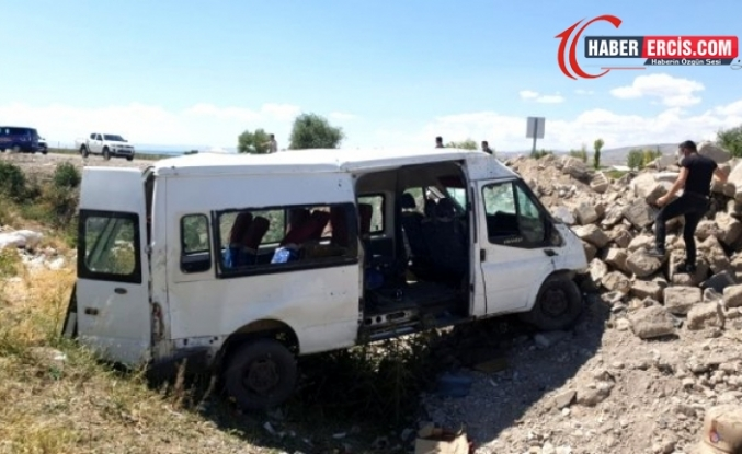 Van'da Minibüs şarampole uçtu: 14 yaralı