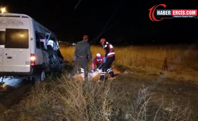 Erciş'te Mültecileri taşıyan minibüs kaza yaptı: 1 ölü, 8 yaralı