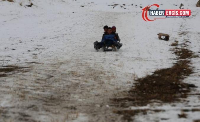 Başkale'de Çocuklar tahta kızaklarla karın keyfini çıkardı